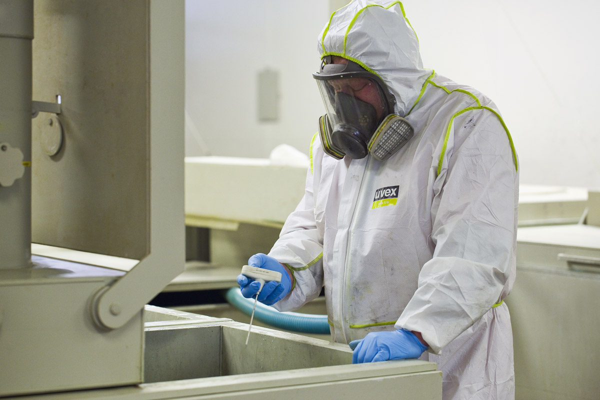 Chemical cleaning of machines and machine parts